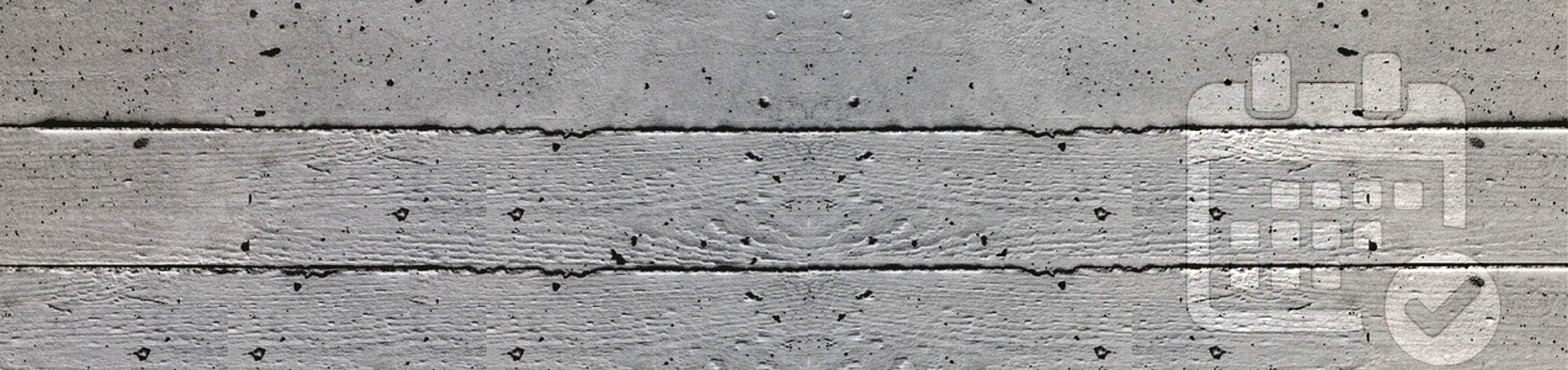 Graue Betonwand mit Poren und horizontalen Rillen.